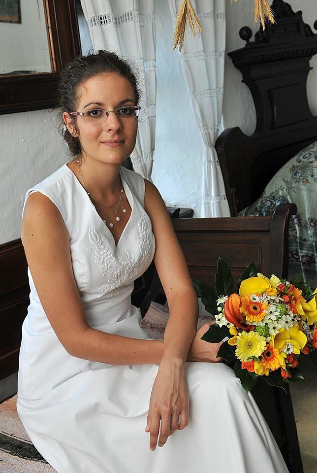 8a2a109fb2 Fehér hímzéses kalocsai mintás menyasszonyi ruha | Napodra ...