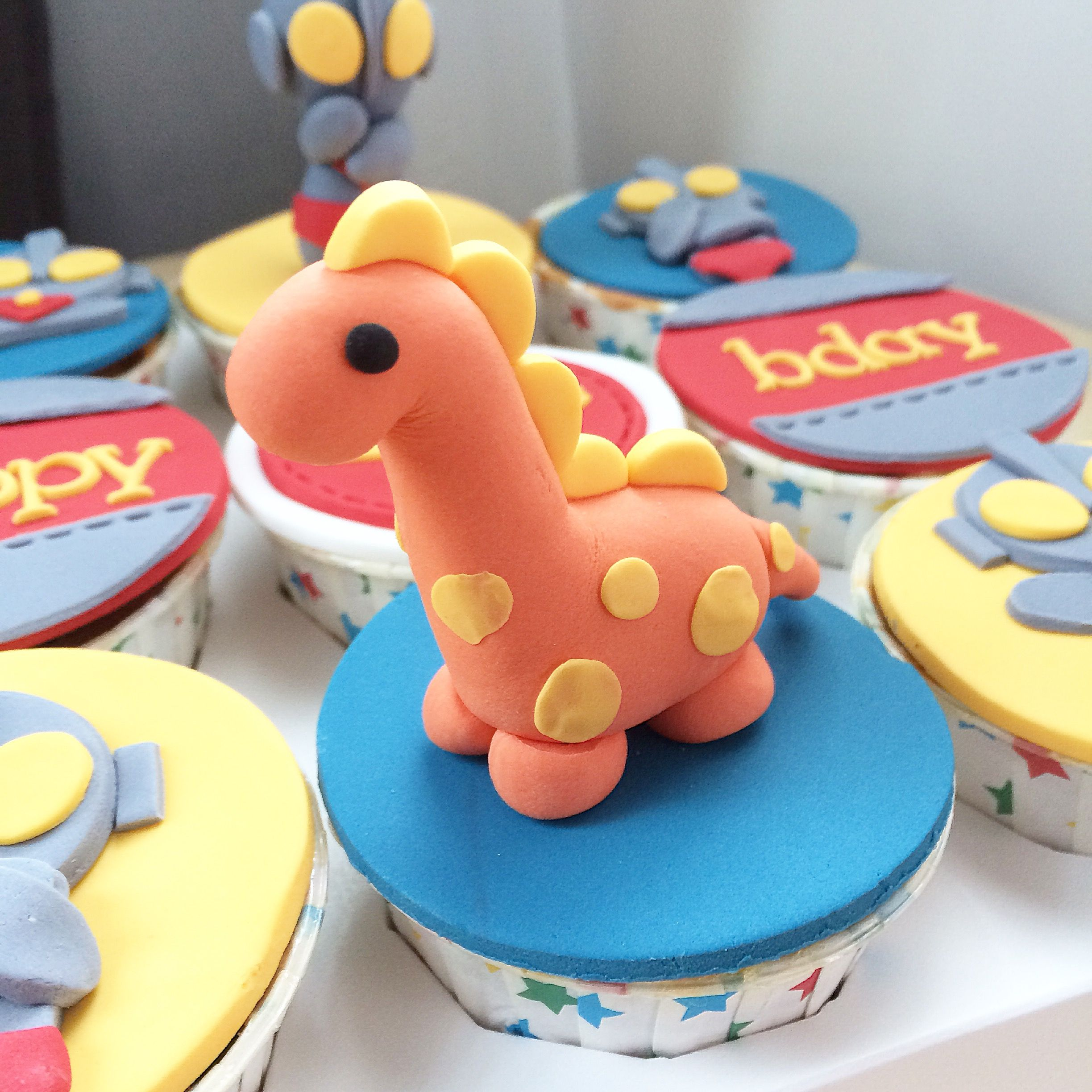 Fondant dinosaur on cupcakes