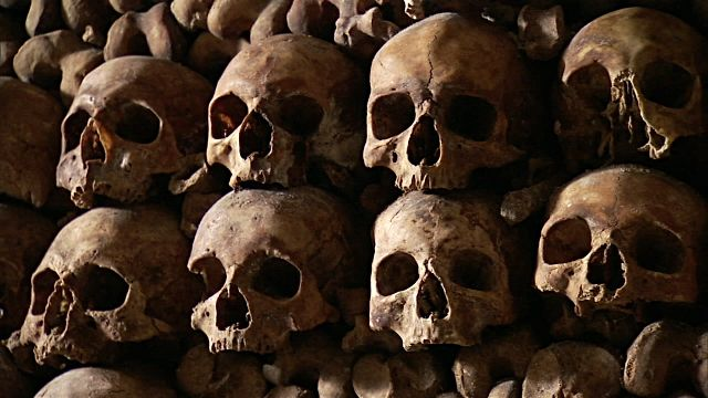 stacks-of-skulls-on-wall-inside-catacombs-of-paris-video-id581055793 (640×360)