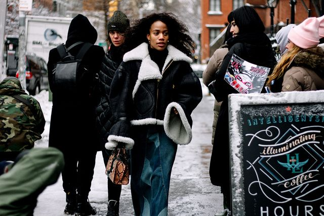Street style new york fashion week fall winter 2017 - Burberry coat