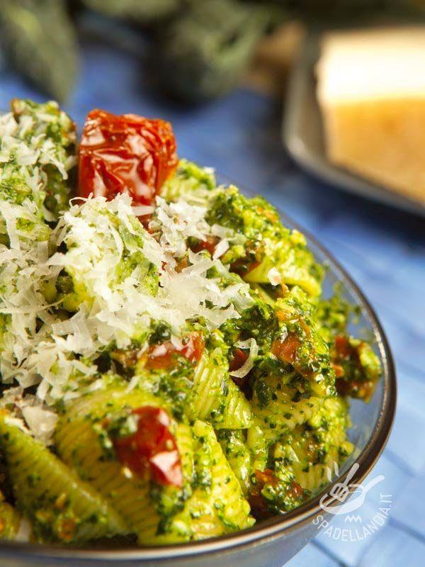 Le Conchiglie con pomodori secchi e pesto di cavolo nero sposano la genuinità e il gusto della dieta mediterranea con quella delle verdure di stagione.