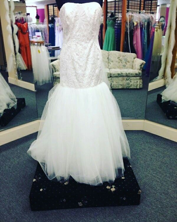 Are you looking for something traditional and classy but also fun? Then this is the dress for you! From the incredible design that's covered in sequins down to the gorgeous and fun skirt this dress is just stunning! This is a size 12(also available in size 10) Ivory Informal wedding dress by Dessy #1045. This dress retails for $700..we have it for $600 BUT with our sale happening with an additional 20% OFF this dress could be yours for only $480! Perfect for any outdoor wedding! Stop in and…