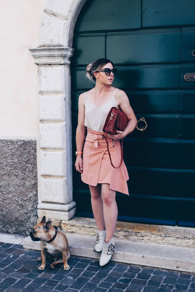 Sommer Outfit mit Jeansrock in Apricot und Chloé Susanna Boots (Who is Mocca?)