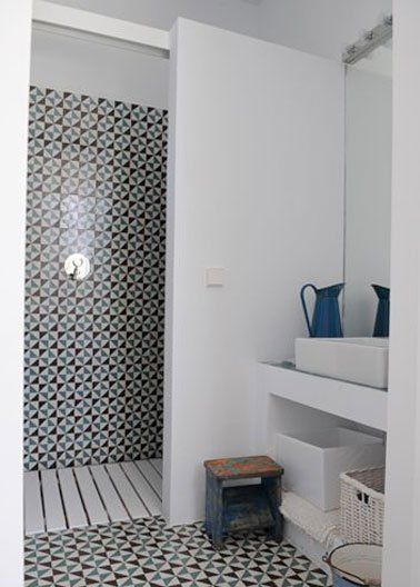 Une petite salle de bain déco avec douche italienne Country houses