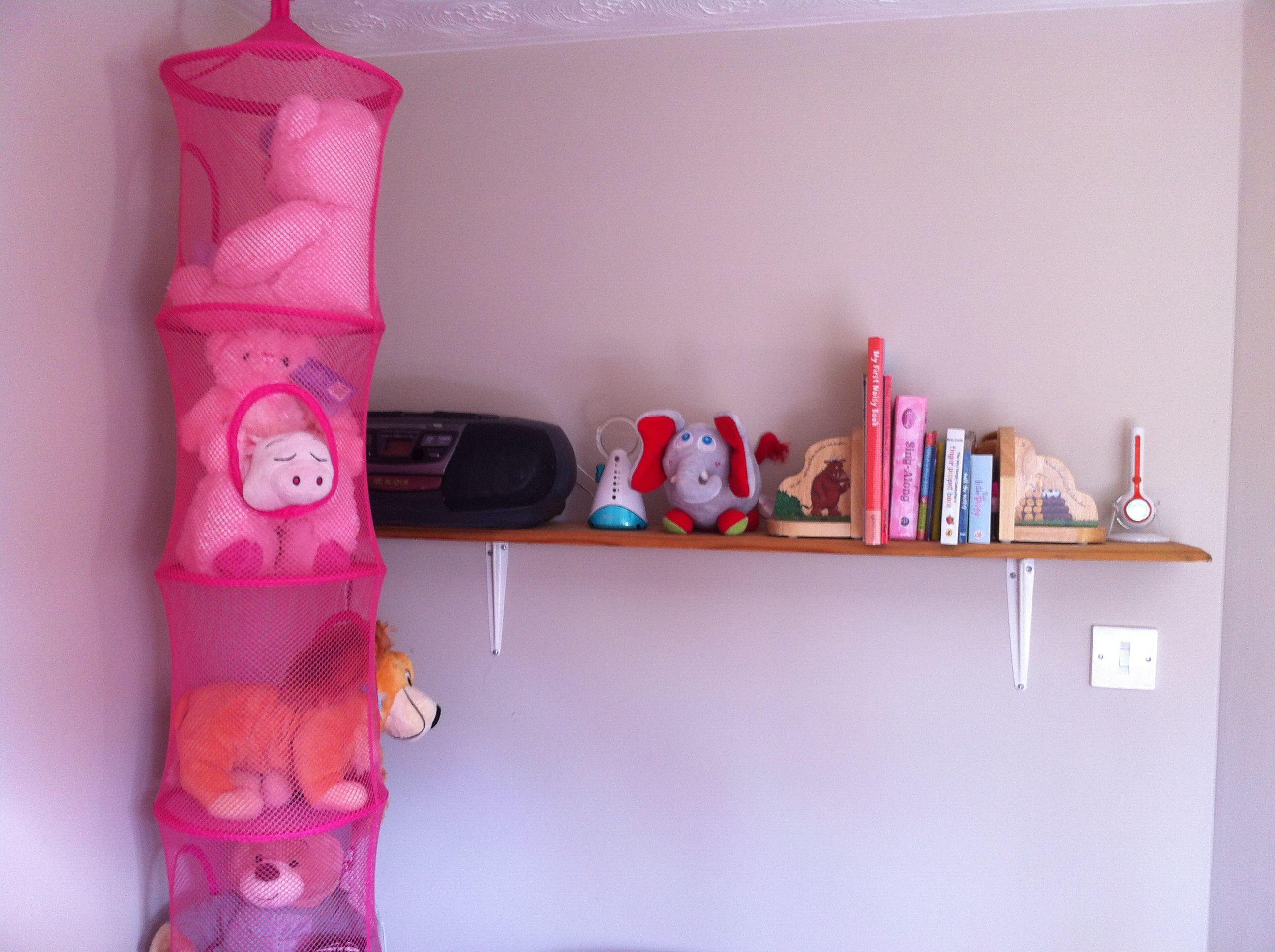 Cuddly toy storage net and bookshelf