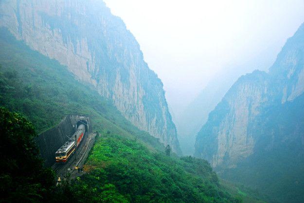 【今月の絶景】中国の「撮り鉄」くんが命がけで撮影した鉄道風景が壮大すぎる!   クーリエ・ジャポン
