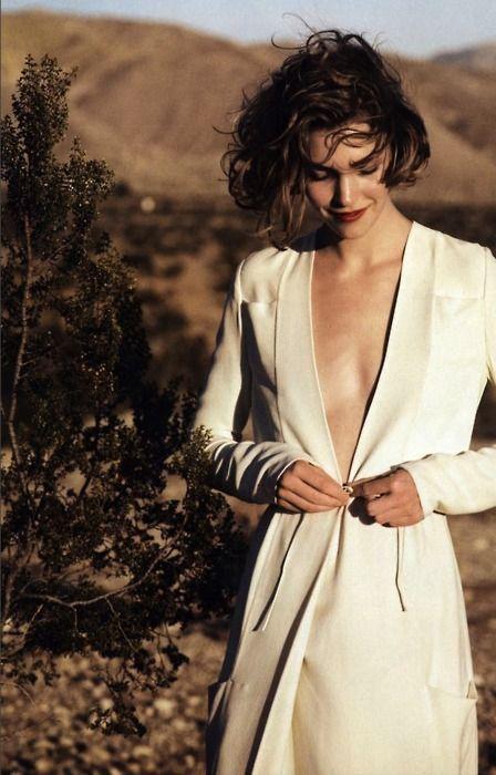 Femme aux cheveux courts avec robe blanche. Chic et