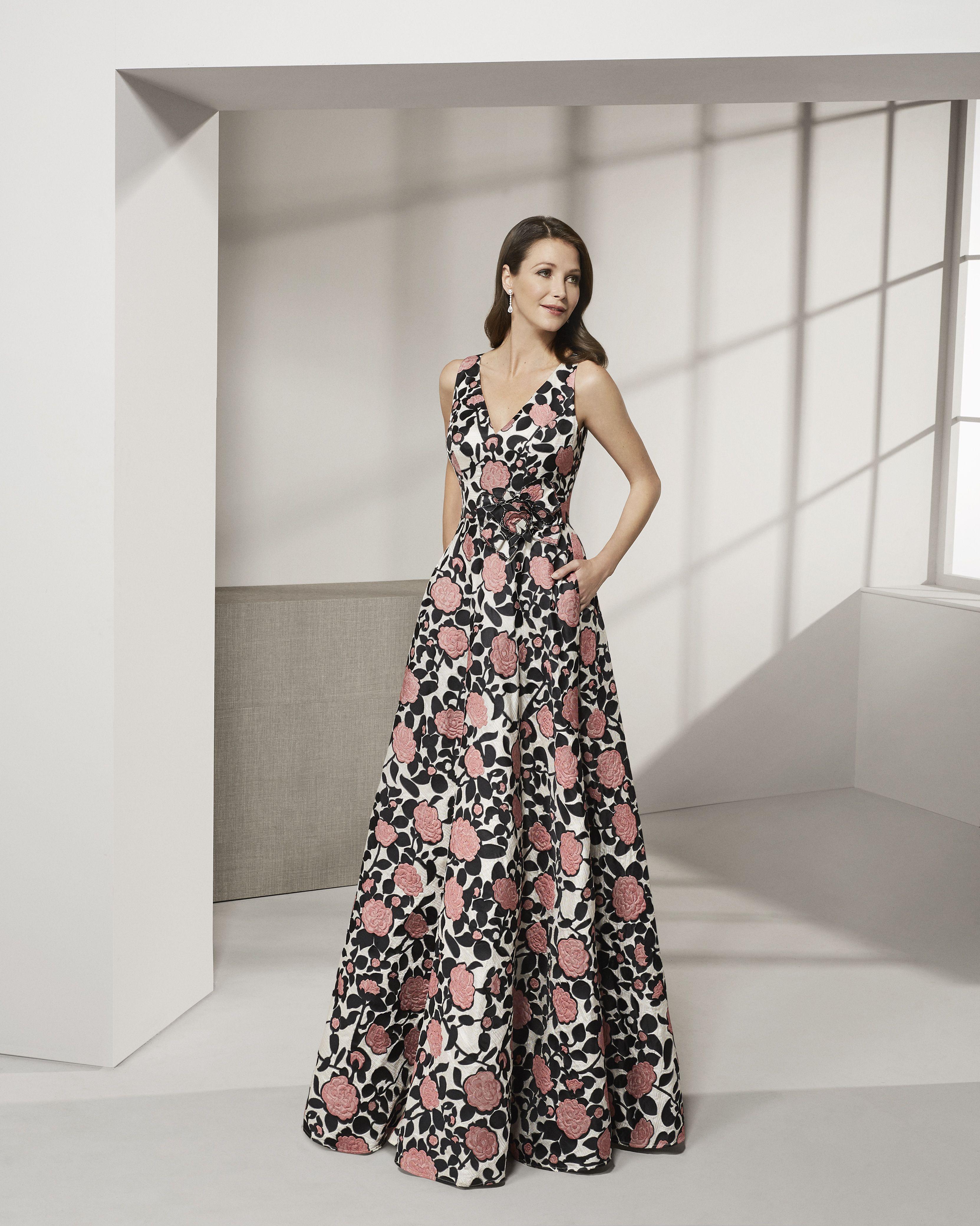 83523eaf42 2019 ROSA CLARA COCKTAIL Collection — Vestido de fiesta largo en brocado.  Escote V con corte en cintura. Colección ROSA CLARA COCKTAIL 2019.