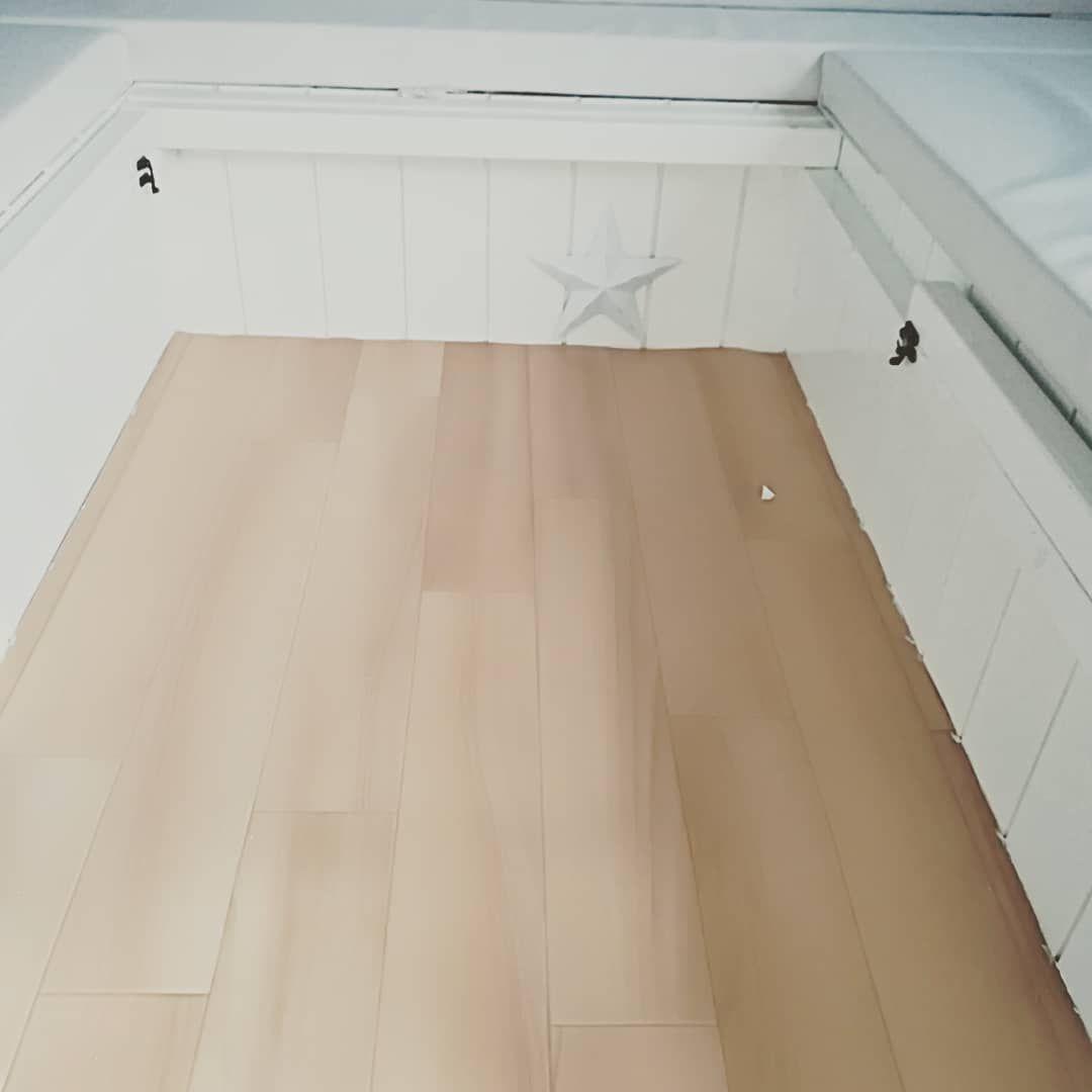 ベット設営時に必要な棒を蝶番で固定 椅子下から取り出して~の作業を省き スライドだけで設置完了 寝る時は直ぐ寝たいから❗ 私はバンクベットで寝てるけどね  下駄箱もやっと作った 冷蔵庫トレーがシンデレラフィット 突っ張り棒で段差を作り2段に。  床に置きっぱなしだったテーブルも ギャレーに固定  ちょっとした事だけど 快適化を進めて行く