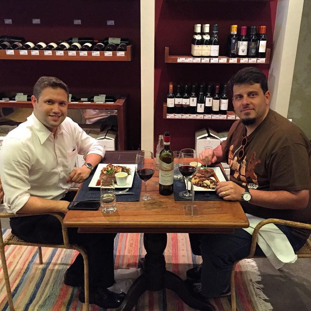 Almoçando com o nobre @eliassmaia na @grandcrubsb degustando um excelente @vanzellersandco Douro 2013 com excelente serviço do chefe @alexandrearouchacarvalho #wine #weine #wineporn #vinho #vin #vino #cellar #grandcru  #tasting #mushroom #moutarde #vanzellers #douro #portugal #porto #somm #sommelier #paleo #lowcarb #realfood #gourmet #chef #foodporn by andrelcsilva