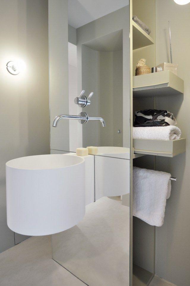 Salle de bain minimaliste Rangements cachés Appartement parisien