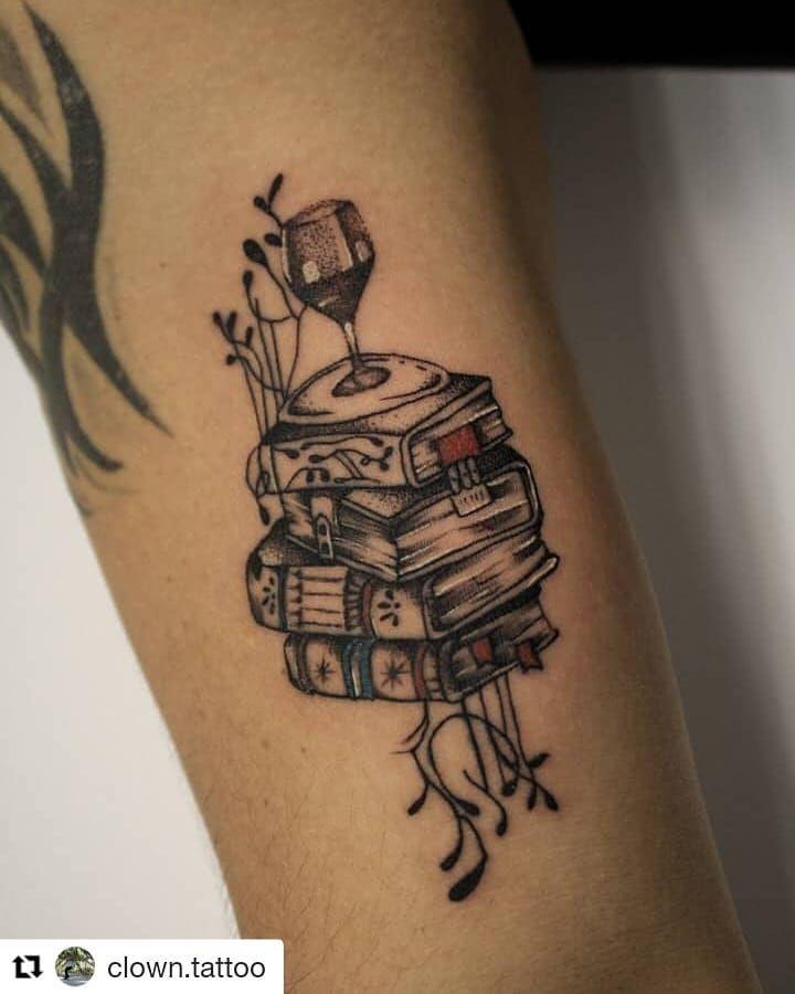Artista: @clown.tattoo ・・・ Literatura ✒️ . . . . .  #diariatinta #tatuaje #colombia #ink #arte #tattoo #medellín #art #travel #bogota #inked #cali #photooftheday #medellin #tattoos #barranquilla #instagood #cartagena #love #tatuajes #photography #pereira #tattooed #bogotá #picoftheday #amor #bucaramanga #beautiful #artist #manizales @laoficina_711