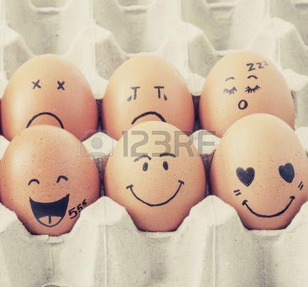 Acht braune Eier mit Gesichtern im Karton gezeichnet angeordnet