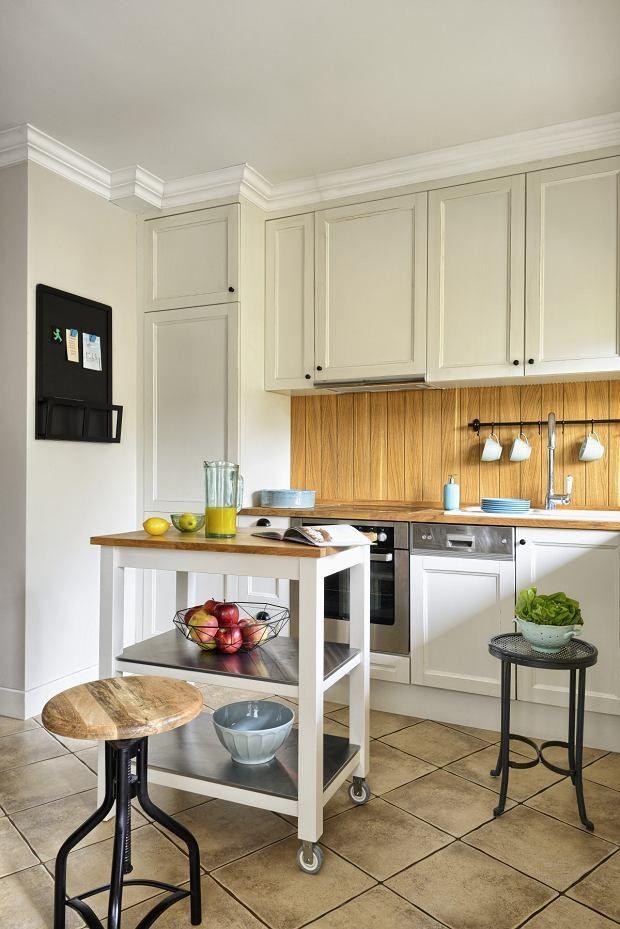 Sciana Nad Blatem W Tej Kuchni Zostala Wylozona Debowa Boazeria Home Kitchen Cabinets Home Decor