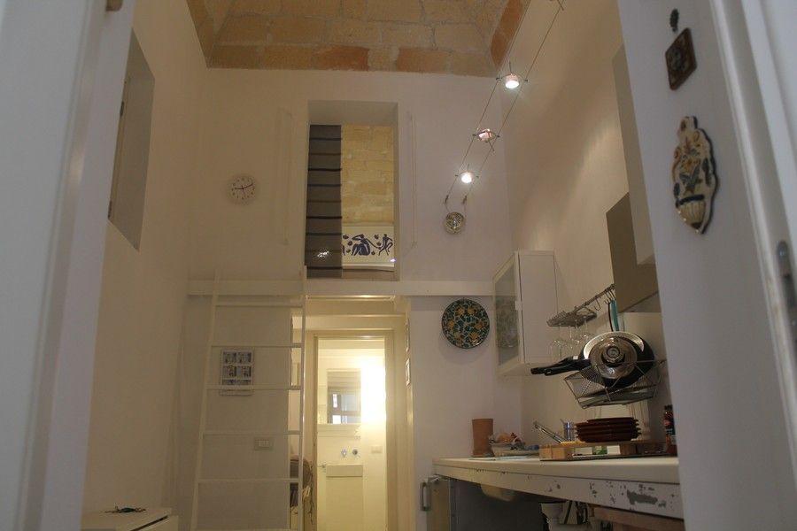 Cucina e scaletta per la camera matrimoniale | Trapani - La Concoide ...