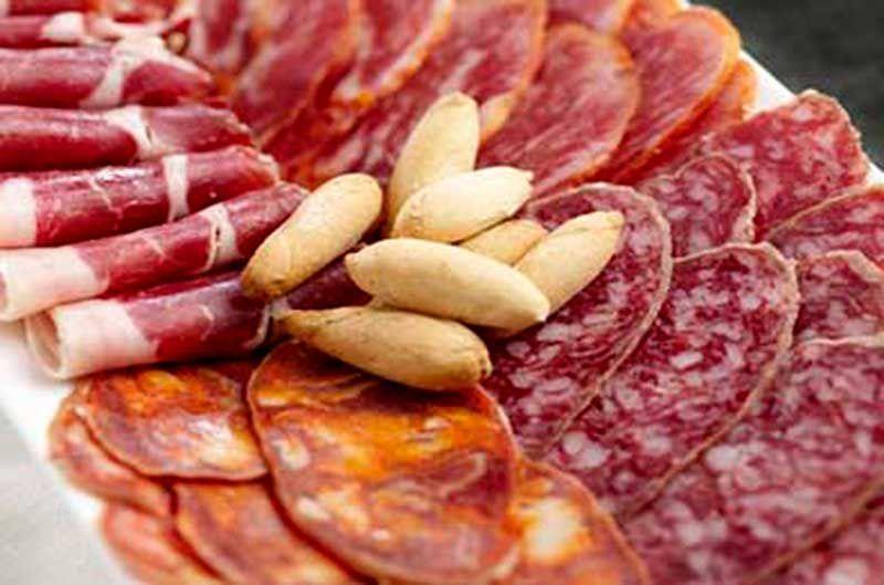 Picos de pan acompañando al jamón y a otros productos ibéricos. (Pinterest)