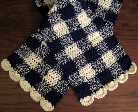 Gingham Scarf with Scalloped Edge | Häkeln
