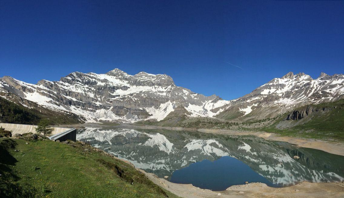 La Tour Salière et les Dents-du-Midi qui se reflètent dans le lac de Salanfe