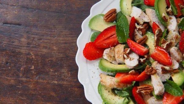 Salaatti mansikoista ja avocadosta juhannuspöytään