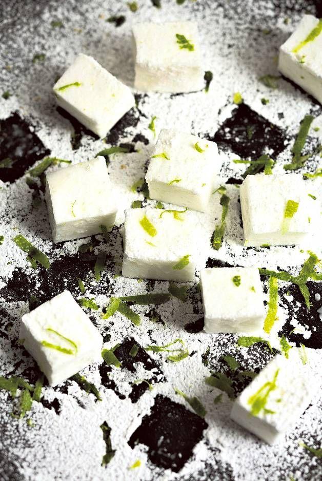 Vaahtokarkkejakin voi tehdä itse! Salaisuus on valkuaisvaahdossa, sokeriliemessä ja liivatelehdissä. Limetti antaa karkeille raikasta makua.