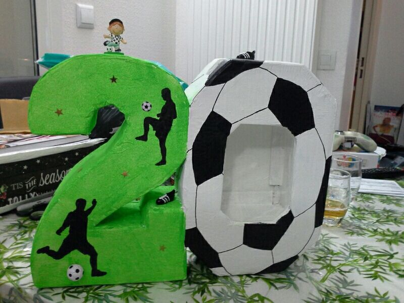 urne en carton pour anniversaire th me football anniversaire nohann pinterest urne. Black Bedroom Furniture Sets. Home Design Ideas