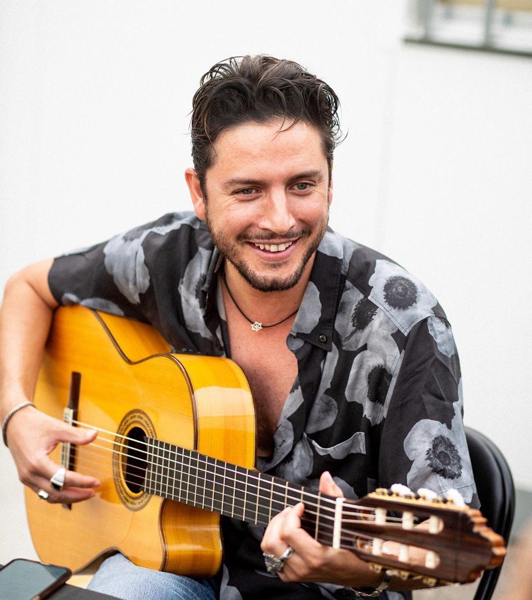 Manuel Carrasco On Instagram Y Lo Bien Que Lo Estamos Pasando En La Gira Y Ustedes Qué Concierto Verano Vida Giralacruzdelm Music Instruments Men