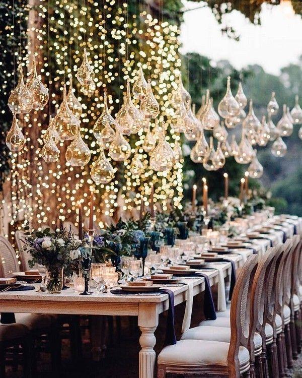 Casamento dos sonhos: mesa comunitária decorada com varal de lâmpadas