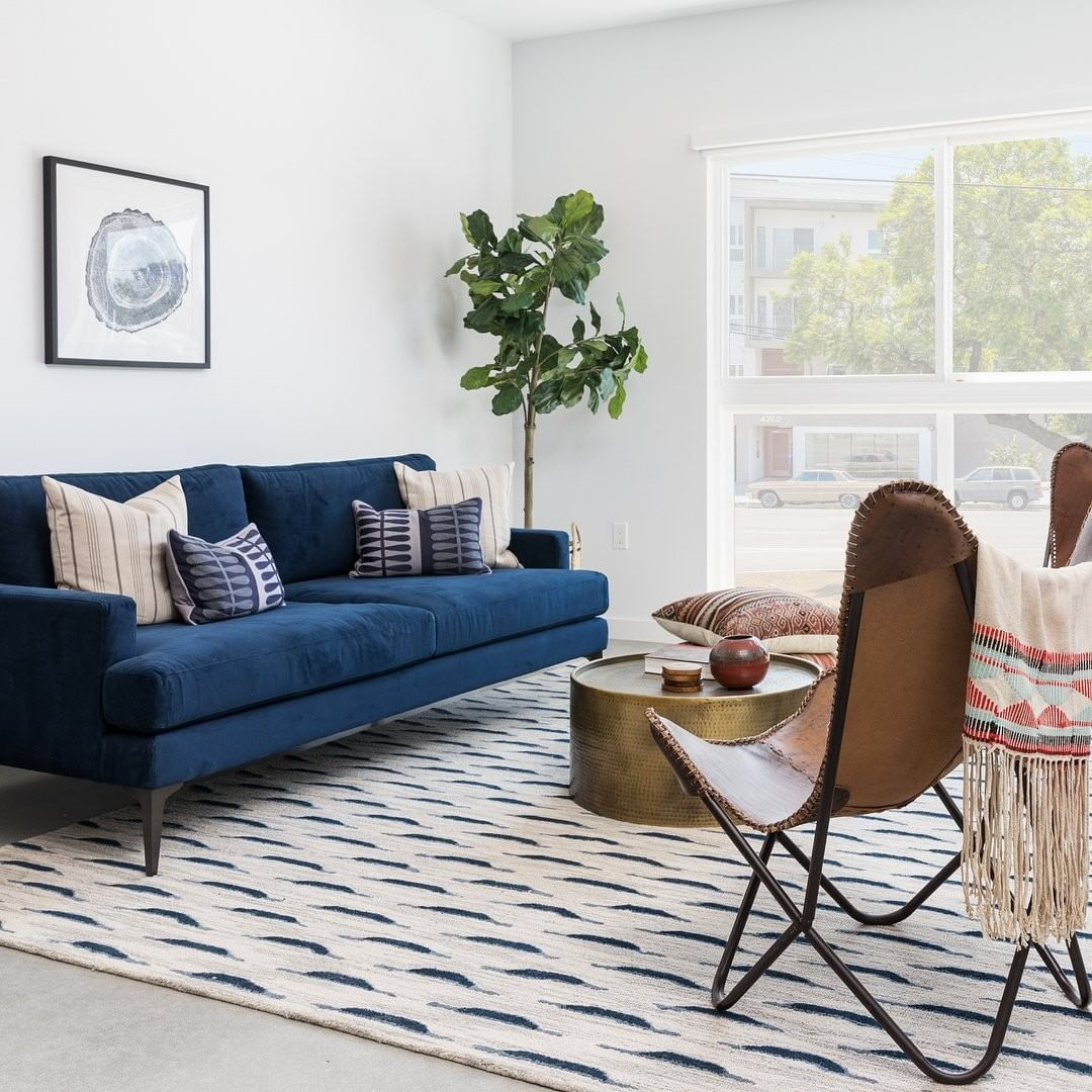 A Imagem Pode Conter Sala De Estar Mesa E Area Interna Blue Couch Living Room Blue Sofas Living Room Blue Couch Living