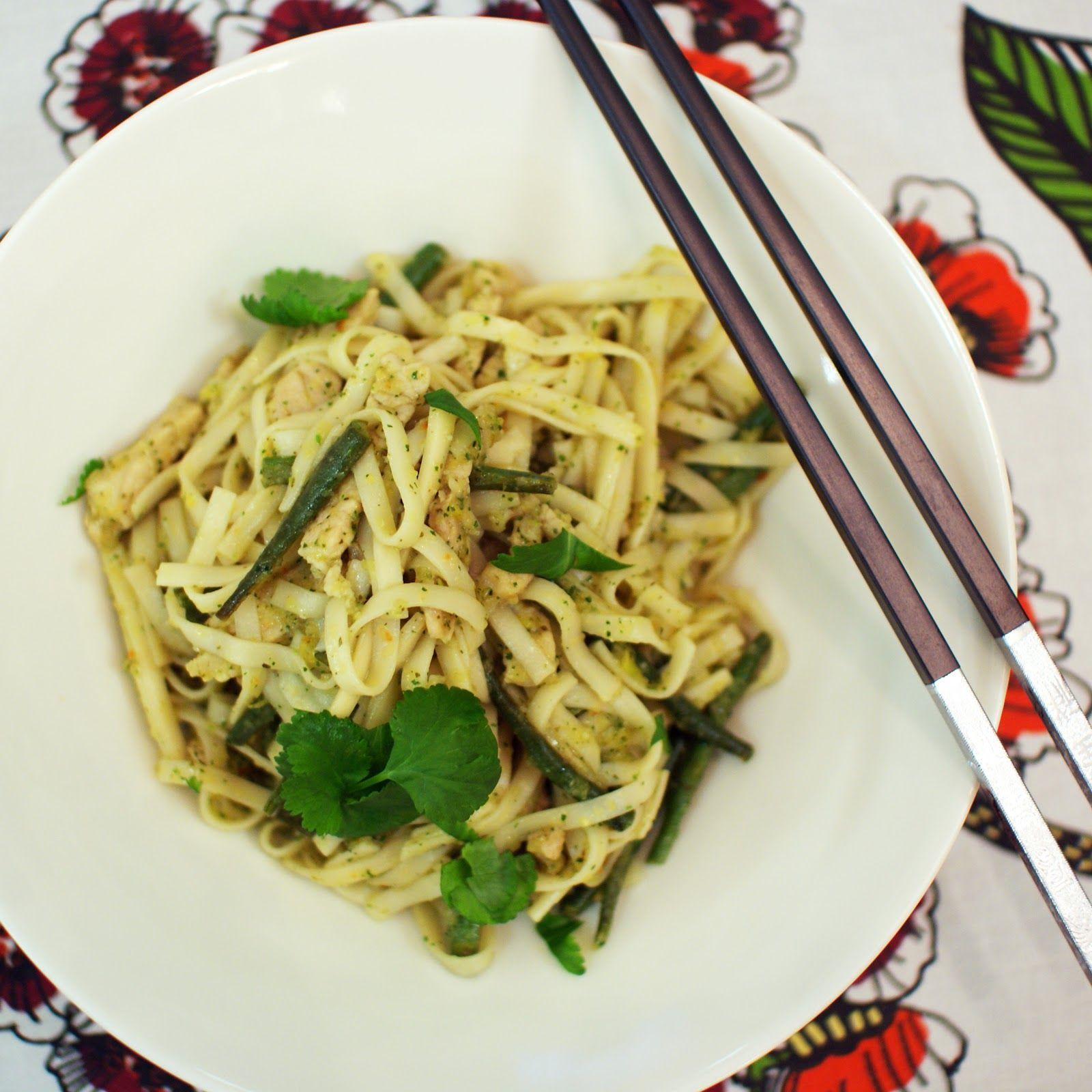 Keittotaiteilua: Korianteritahnalla maustettu porsas-nuudeliwok