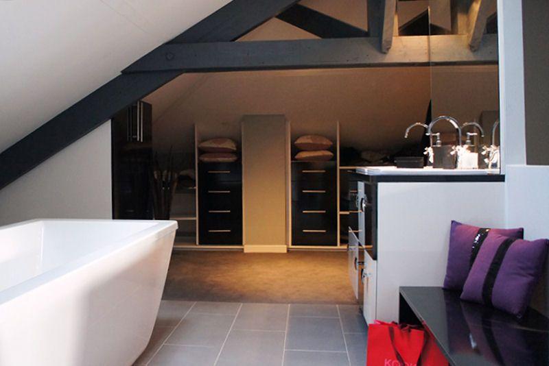 salle de bains ouverte et coin dressing am nag s dans les combles d 39 une maison situ e en r gion. Black Bedroom Furniture Sets. Home Design Ideas