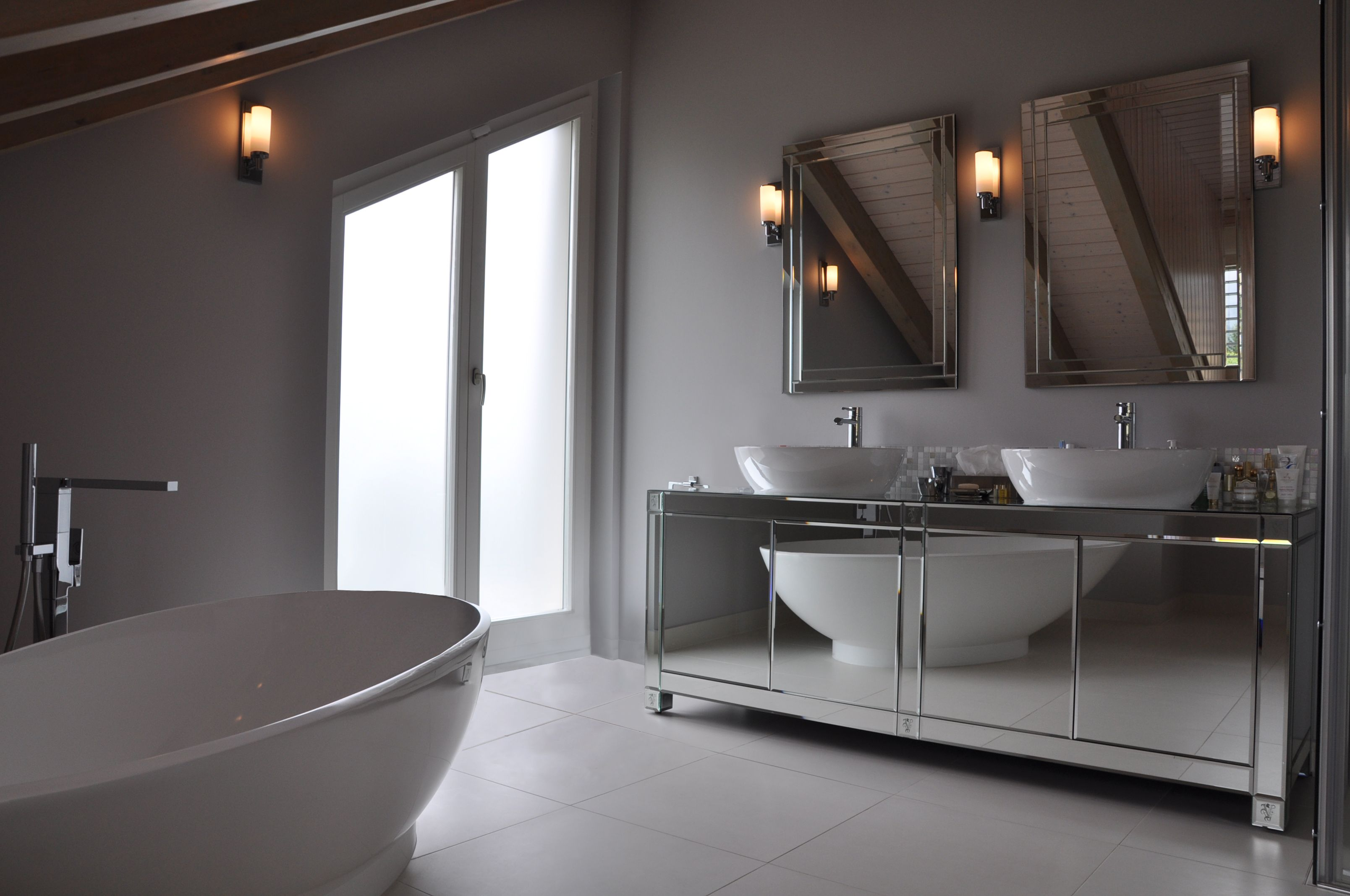 Contemporary bathroom with mirror furniture from @ipecavalli