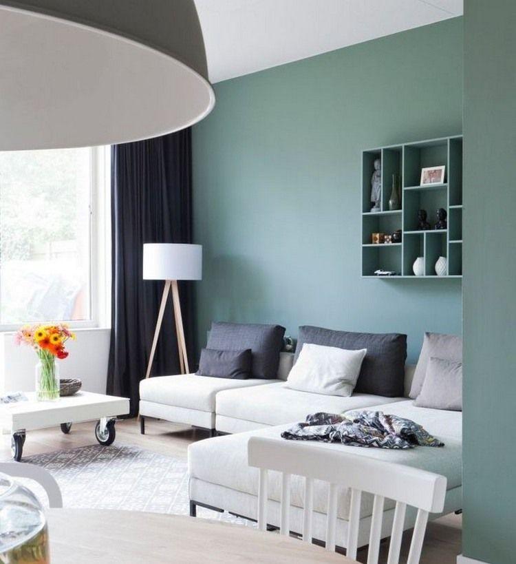 Salbeigrüne Wandfarbe Und Weißes Sofa