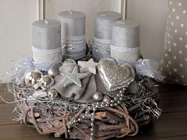 aufwendig gestalteter adventskranz komplett in grau und silber gehalten der grau gek lkte. Black Bedroom Furniture Sets. Home Design Ideas