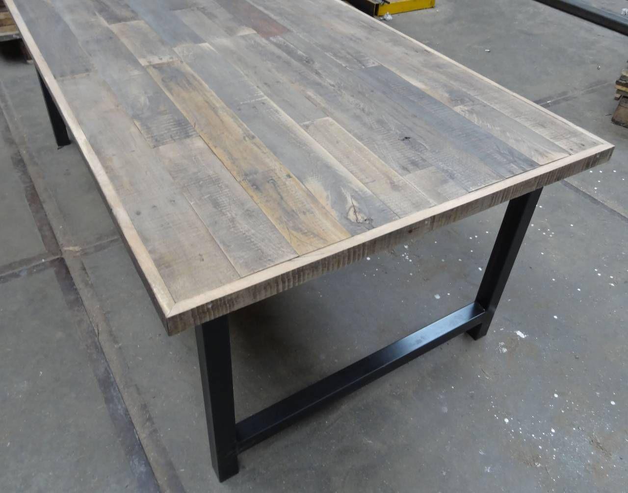 Tafel met eiken sloophout blad met stalen tussen stang onderstel