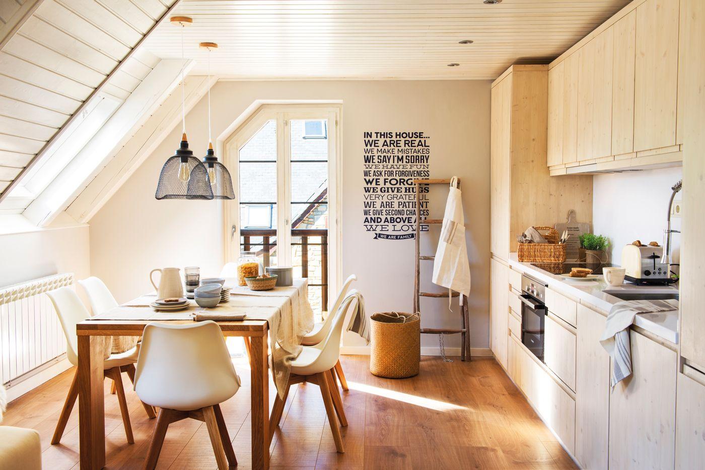 Cocina con isla en blanco y madera, taburetes metálicos y vigas ...
