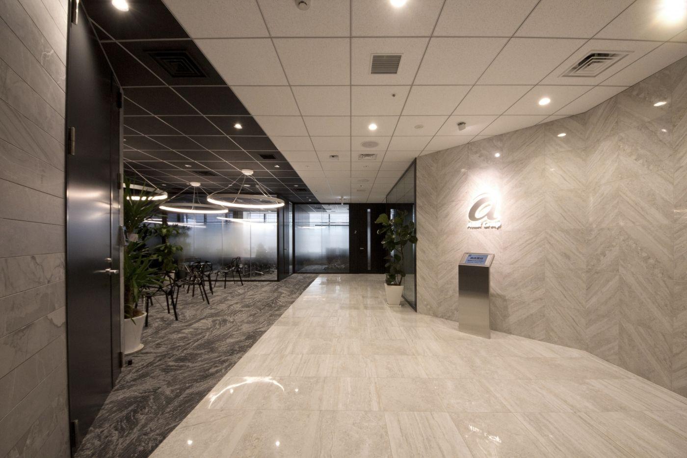 白から黒のグラデーション 光溢れるオフィス空間 デザイナーズオフィスのヴィス オフィスデザイン オフィスレセプション オフィス