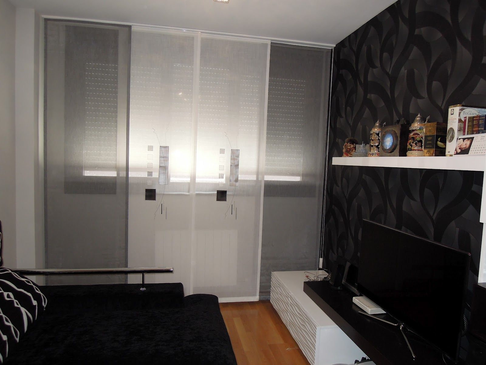 Salon panel japones gris blanco estantes y otros for Cortinas salon gris