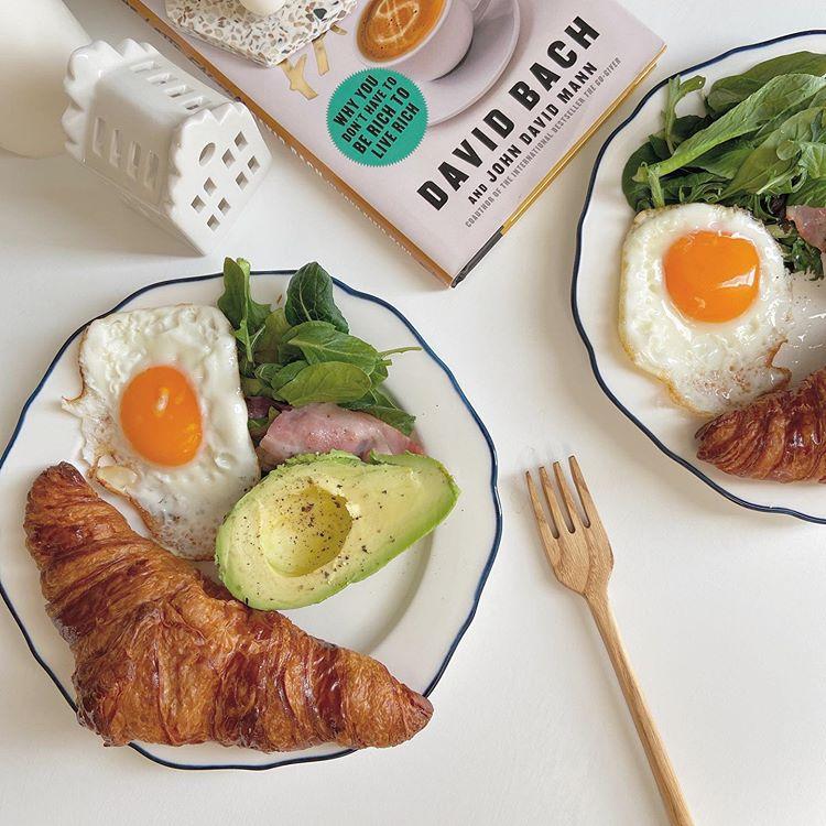 """pochako 暮らしの記録 on Instagram: """". こんばんは🌷 いかがお過ごしですか? 私は仕事が終わって、 お買い物してこれから帰ります𓅪 とっても可愛い食器が買えて、 大満足すぎる…!! . 普段、食器はリサイクルショップか フリマアプリで買うことが多いです🥰 またYouTubeで紹介しますね! 今朝食べたパ…"""""""