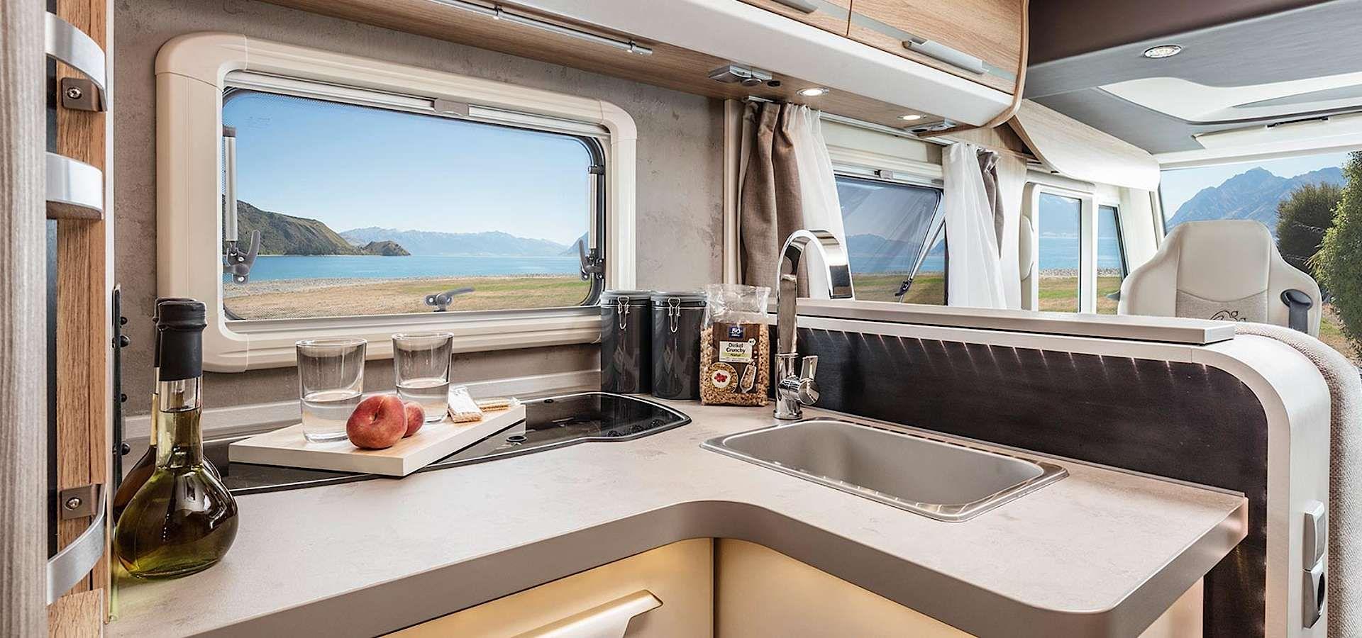 knaus sky i interieur der vollintegrierte von innen camper camper sky und skiing. Black Bedroom Furniture Sets. Home Design Ideas