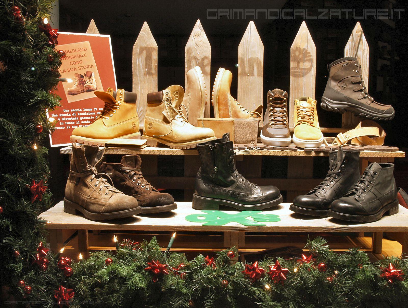 promo code ff167 29f01 Un dettaglio della vetrina natalizia con scarpe Timberland e ...