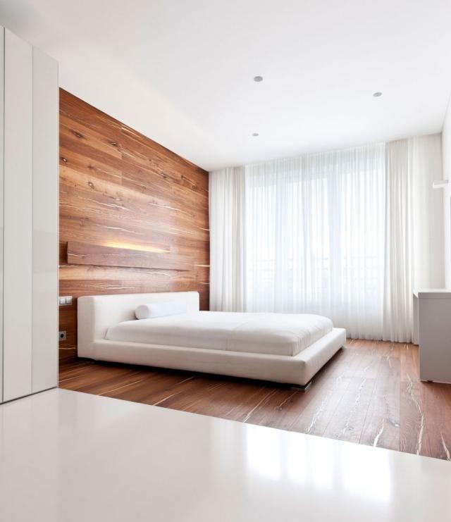 Schlafzimmer Holz Walnuss Dielen Deko Weißes Polsterbett Schiere Gardinen