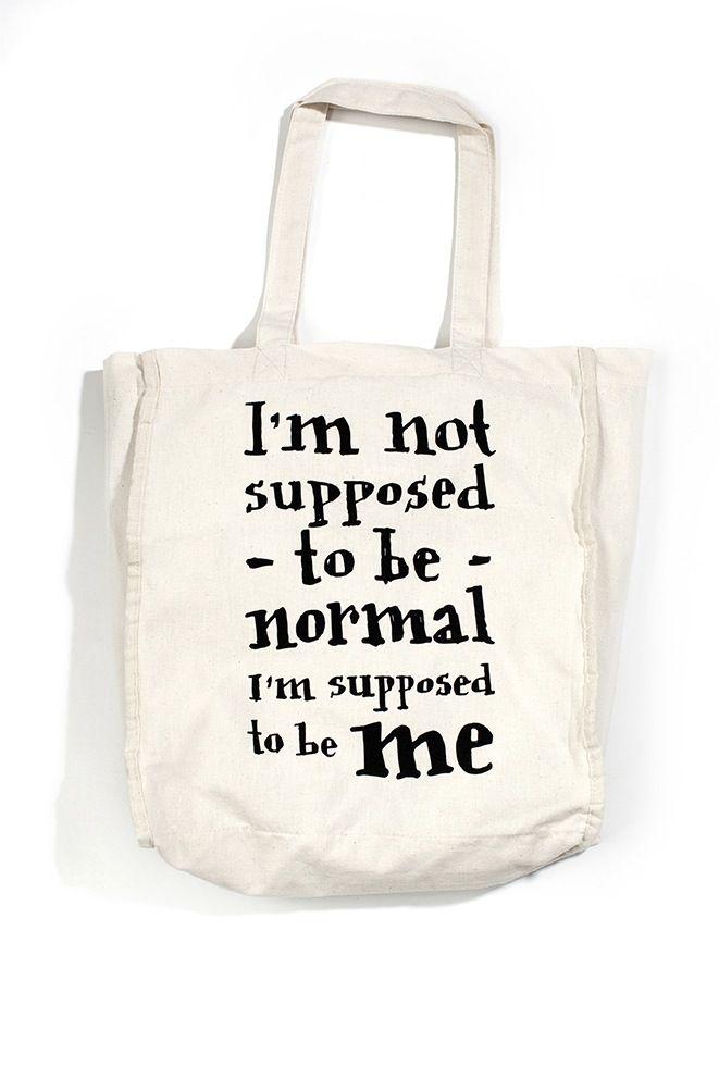 En sej super bjørn passer på dine ting. En skøn rummelig mulepose.Rigtig god til fx indkøb, ekstra tøj til børnehaven eller idrætstøj i skolen. Siden på 10 cm gør, at man kan putte en masse i, og de lange hanke gør den velegnet til at hænge over  skulderen. Den er samtidig i en rimelig tynd kvalitet, så den kan pakkes sammen og ligge i tasken uden at fylde det hele. Men den er ret robust og man kan sagtens bære tunge ting i den.Størrelse: ca. 31x37x10 cm