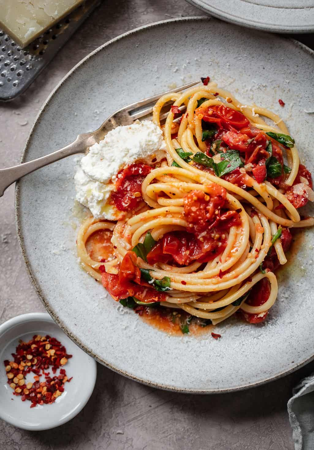 Bucatini With Sheet Pan Tomato Diavolo Sauce Recipe Butter Your World Comida Pasta Dietas