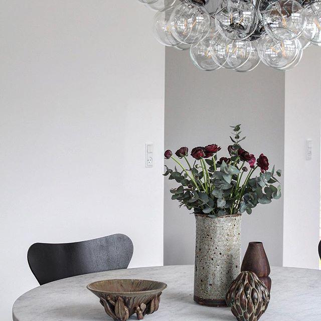Saturday flowers  #lørdag #marmor #blomster #ranukler #danskdesign #designideas #danishdesign #bobedre #syveren #fritzhansen #arnejacobsen #poulkjærholm #pk54 #axelsalto #royalcopenhagen #arnebang #flos #flosscandinavia