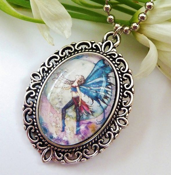 Halskette im Vintage-Stil mit schönem Elfen-Motiv.  Die Kette besteht aus einer antiksilberfarbenen Metallfassung und einem handgearbeiteten Glas-Cabo