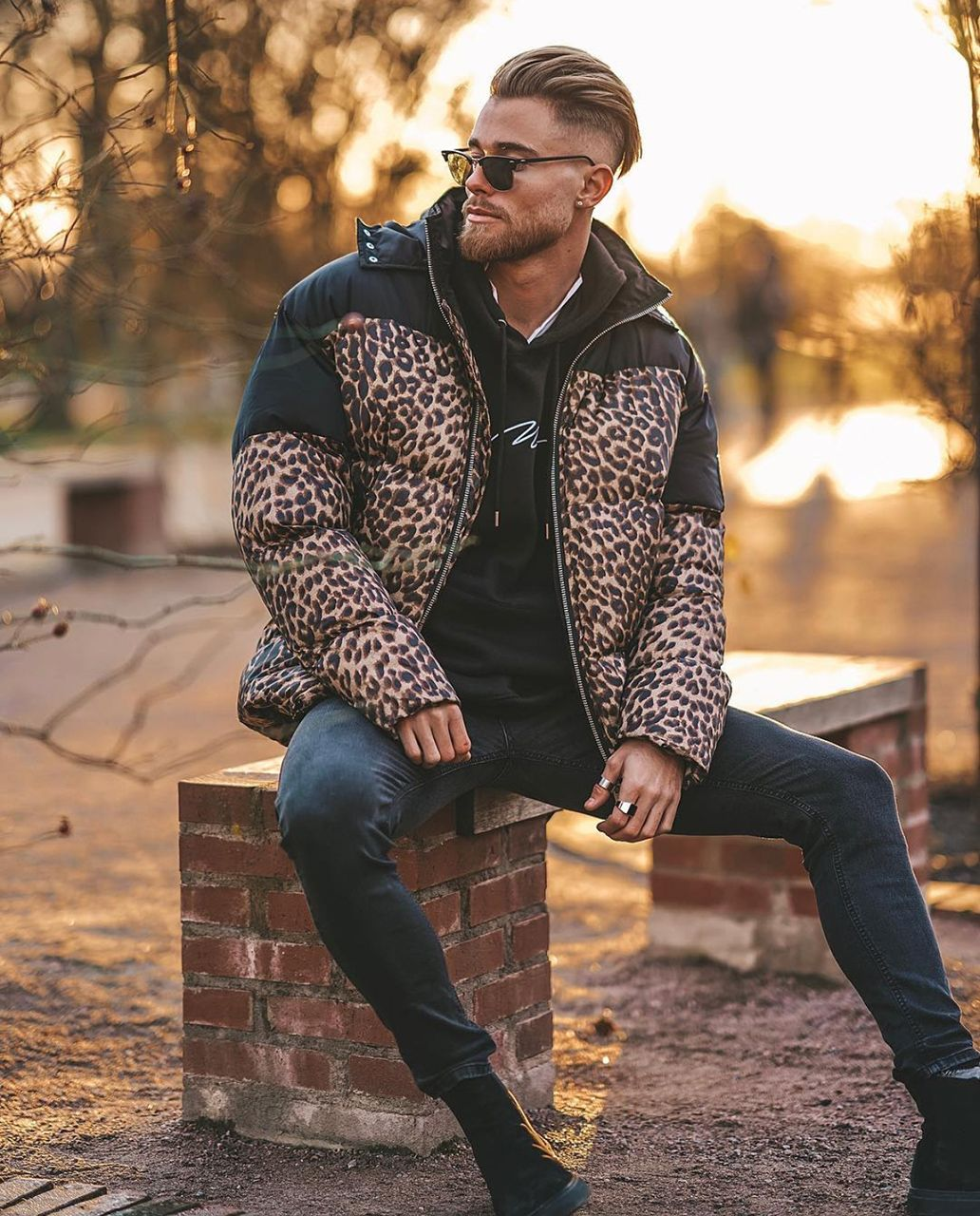 6c322f2cf Look masculino de inverno composto por jaqueta com estampa de Leopardo e  bota. O Animal Print está em alta este ano. Vejam mais tendências de moda  masculina ...