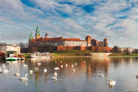 Incrustado em uma colina às margens do rio Vistula, Castelo Real de Wawel é mais um cartão-postal de... - Shutterstock