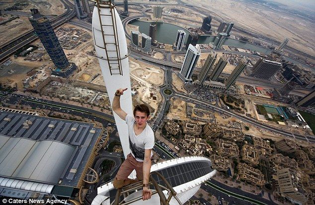 The Most Extreme Free Climbing Selfies Ever Vertigo Sufferers - Daredevil films extreme parkour on top of skyscraper