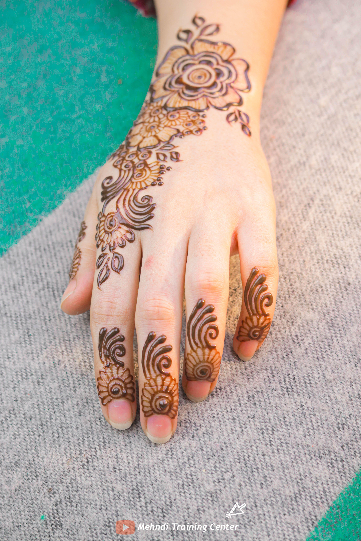 نقش الحناء الخليجي نقش الحناء المغربي بالابرة سهل للمبتدئين نقش الحناء نقش الحناء للمبتدئات Short Mehndi Designs Mehndi Design Images Henna