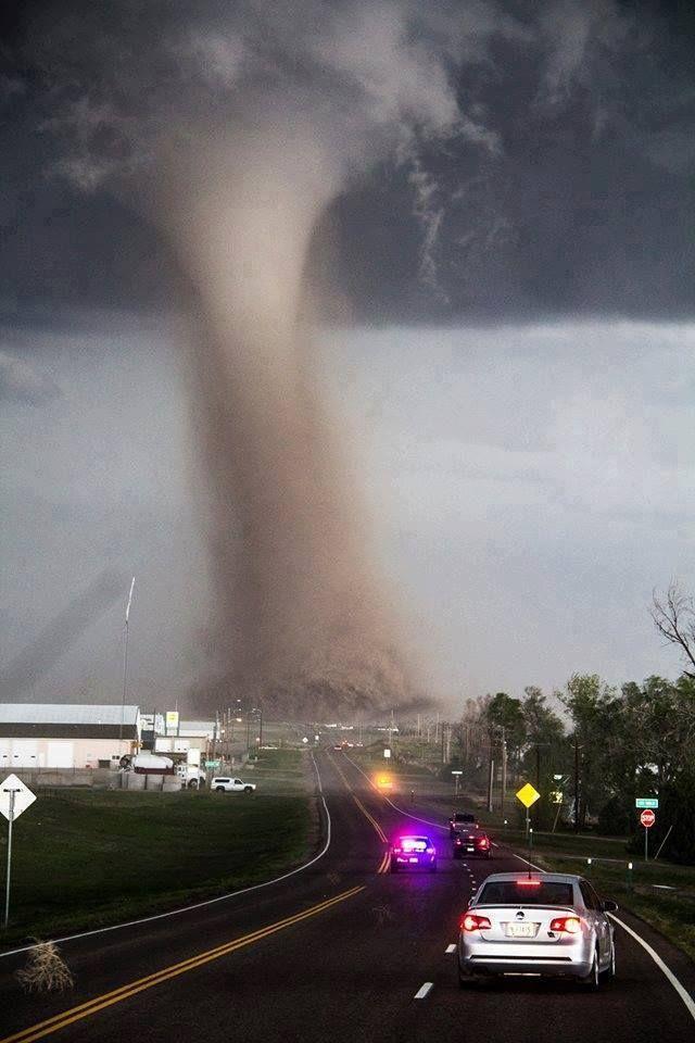 道路の先に発生した竜巻の画像